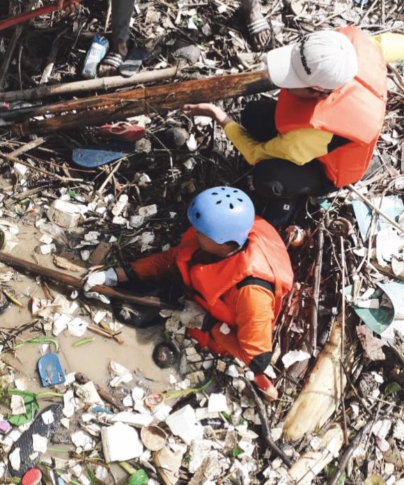 Tim Aktivis Kemanusiaan KRI Bersihkan Sampah Di Area Pintu Air Bojongsari Blok Bungkul (Foto. Red)