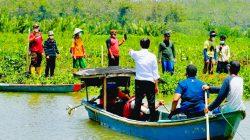 Saat Presiden Naik Perahu Seberangi Sungai untuk Sapa Warga